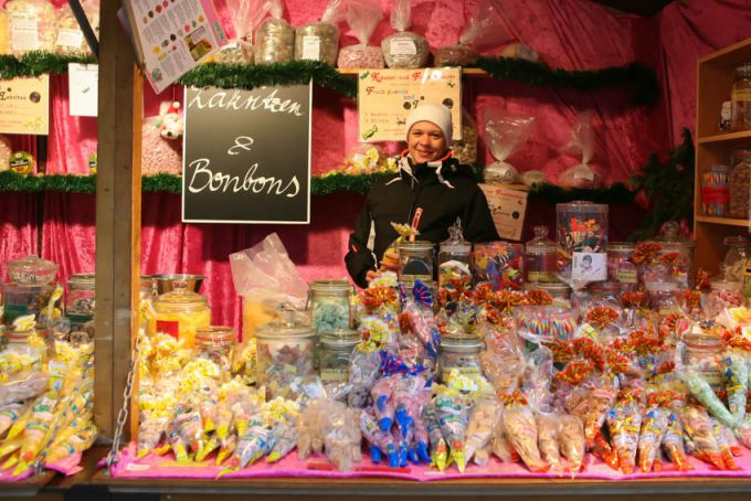 Прилавок с рождественскими конфетами