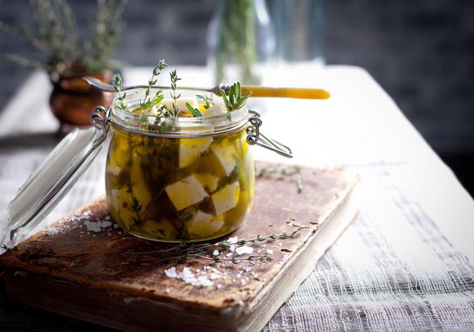 Сыр, маринованный с розмарином и тимьяном