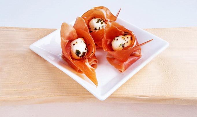 Закуска «Моцарелла с пряностями в хамоне»