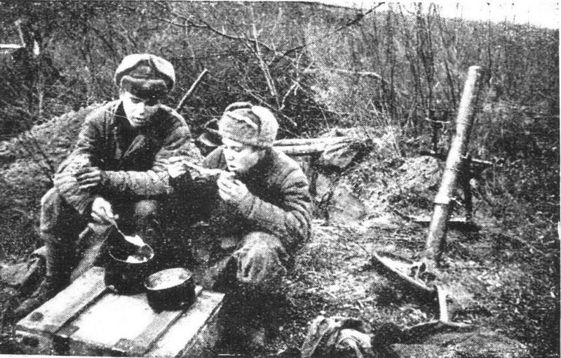 Минометчики за обедом (5 гв. армия), 1943 год
