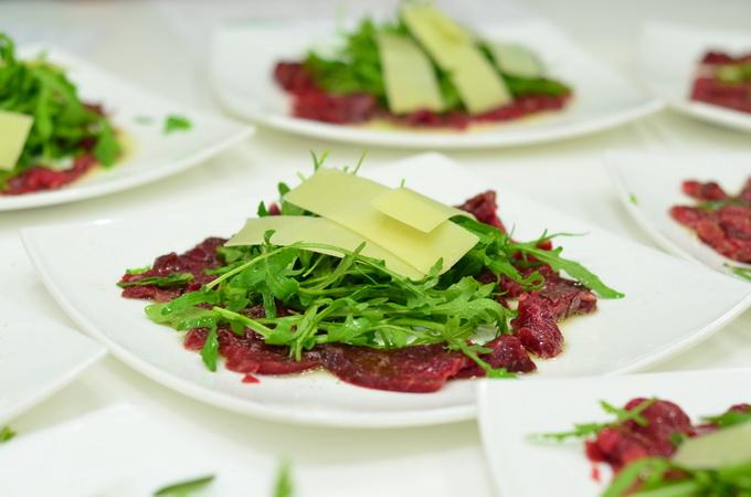 Салат «Страчателла» с говядиной и рукколой