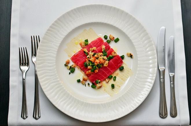 блюдо с тунцом и крабом