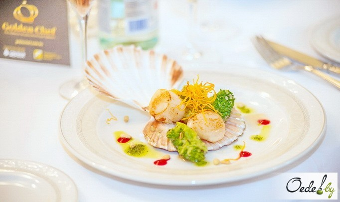 Морские гребешки с сыром бри и клюквенным соусом