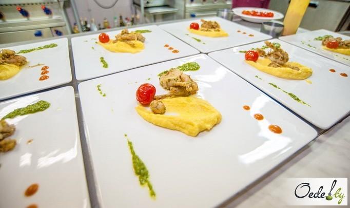 Лягушачьи лапки с пюре из пастернака, с шафраном и шпинатным соусом и кули из красного перца