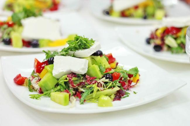 Греческая кухня: салат «Хориатики» с сыром фета