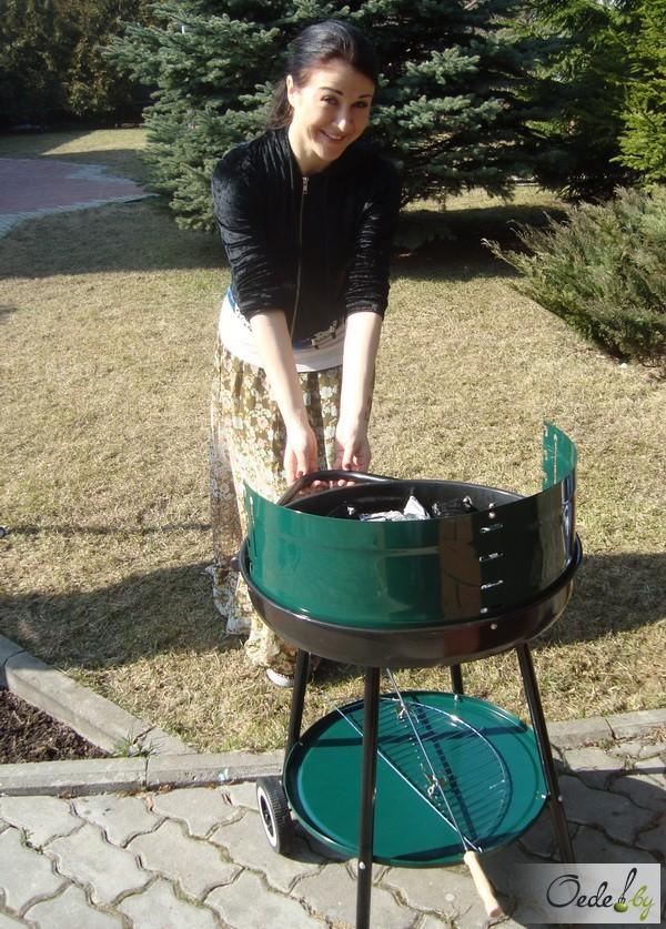 Полина Смолова готовит на улице