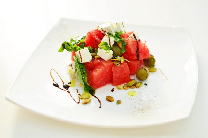 Салат из арбуза с сыром Фета, семечками тыквы, оливками, базиликом