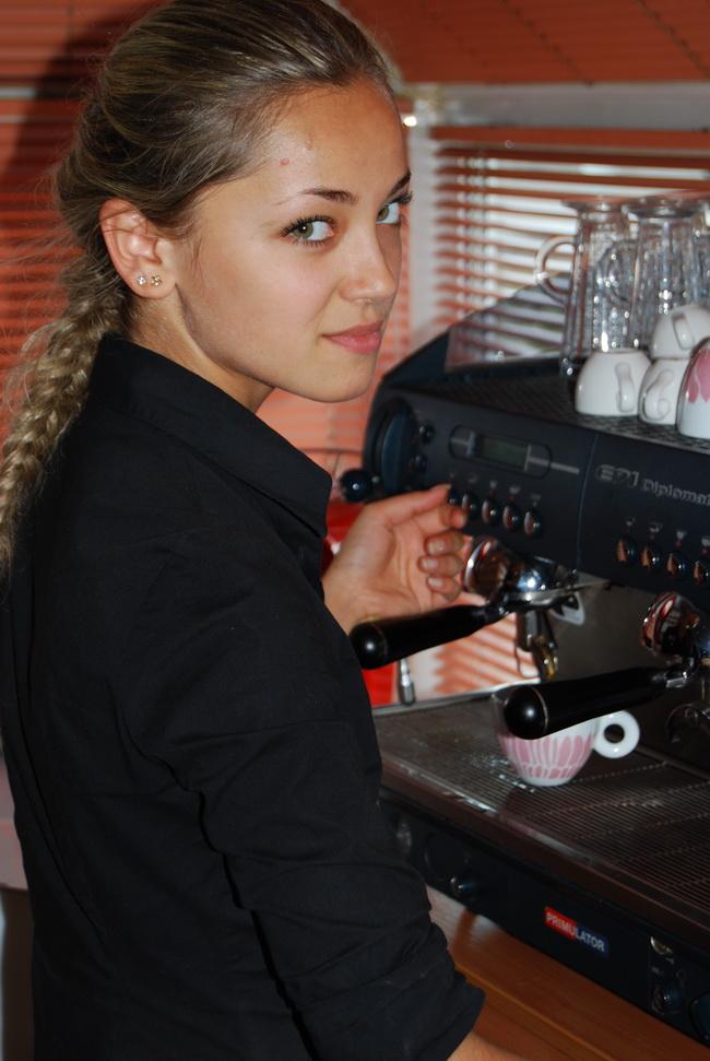 девушка бариста