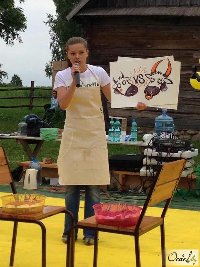 Приготовление сыра моцарелла на фестивале сыра