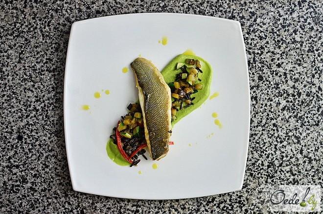 Сибас с рисом на подушке из овощей