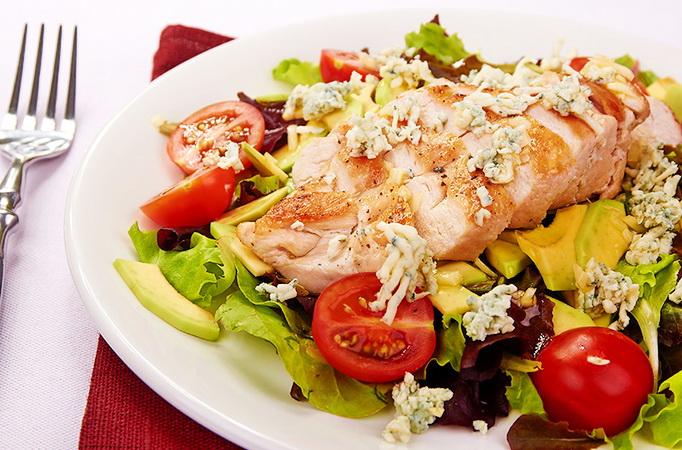 Куриное филе с салатом, авокадо и горгонзолой