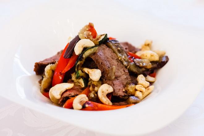 Фланк стейк с овощами и орехами кешью