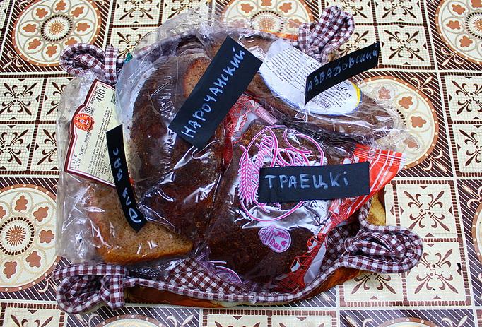 Хлеб в «родной» упаковке в открытой тканевой хлебнице