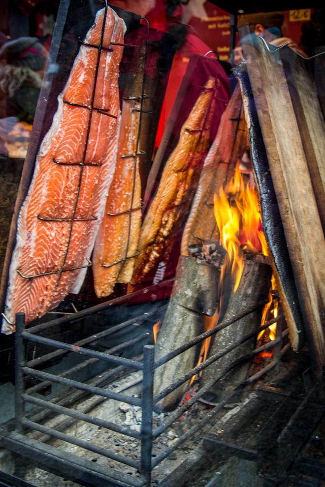 копченый лосось на рождественском рынке в Кельне