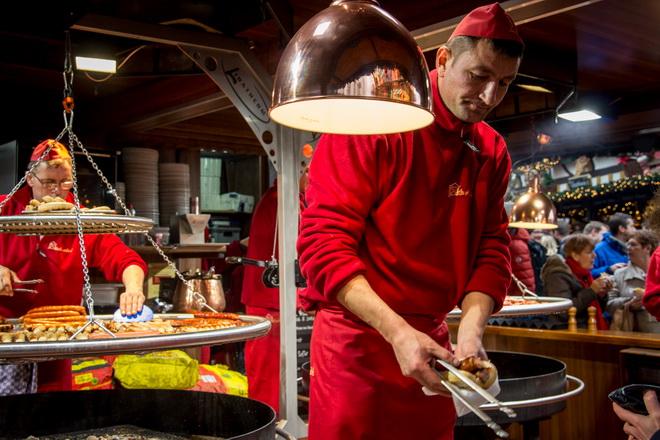 классическое блюдо немецкой кухни - сосиски, приготовленные на жаровне