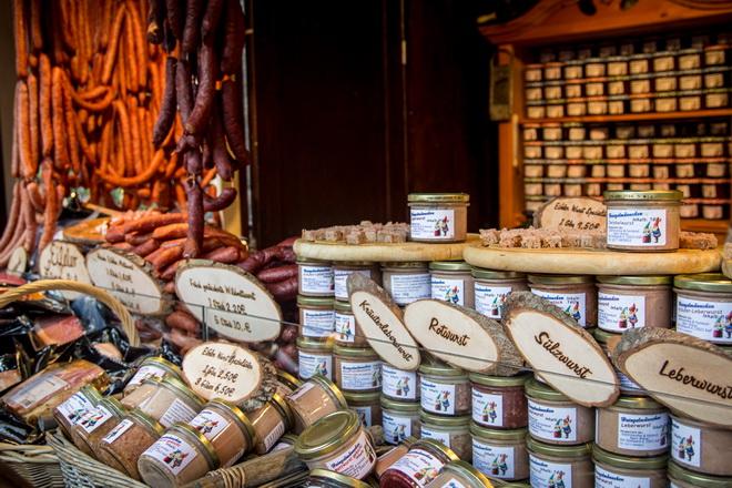 Многообразие колбас и паштетов на рождественском рынке