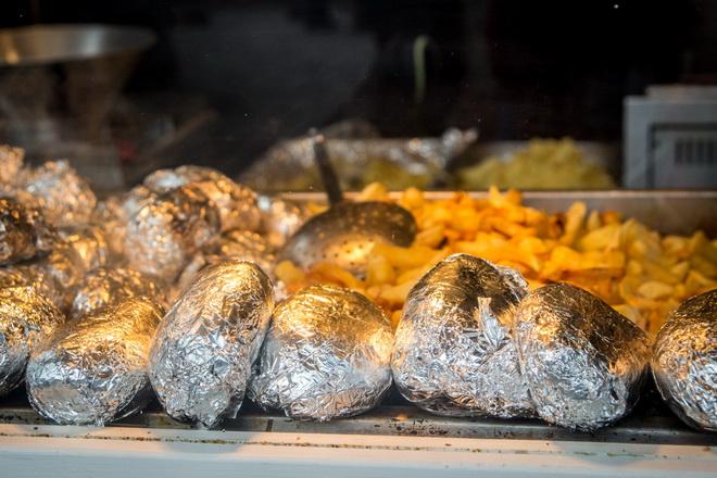 Блюдо немецкой кухни - запеченный  в фольге картофель