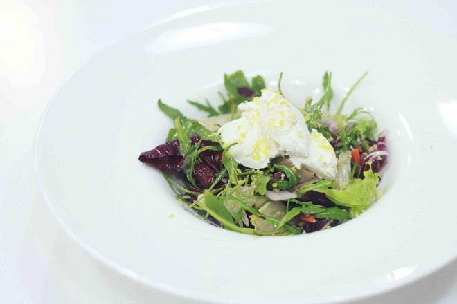 Тосканский салат из красной фасоли с творожным сыром