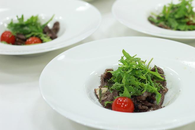 Салат с говядиной и рукколой