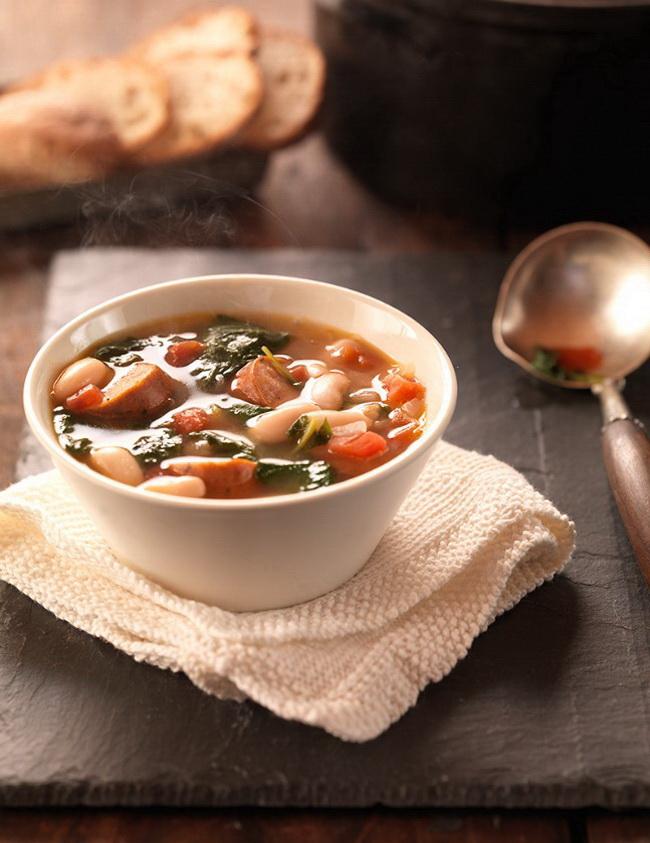 Суп из фасоли с копченой колбасой