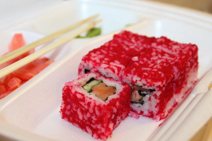 красные суши на фото: суши с лососем