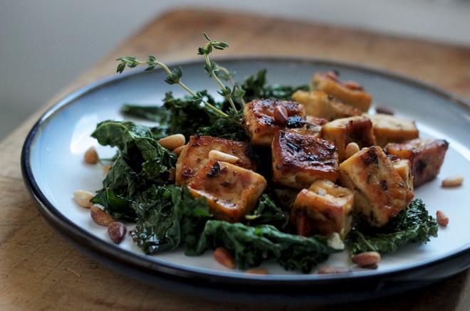 Жареный тофу с капустой и кедровыми орехами
