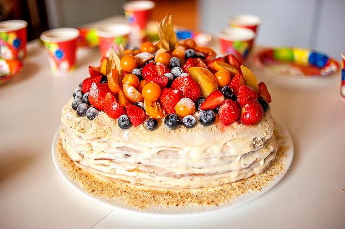 Медовый торт с ягодами и фруктами