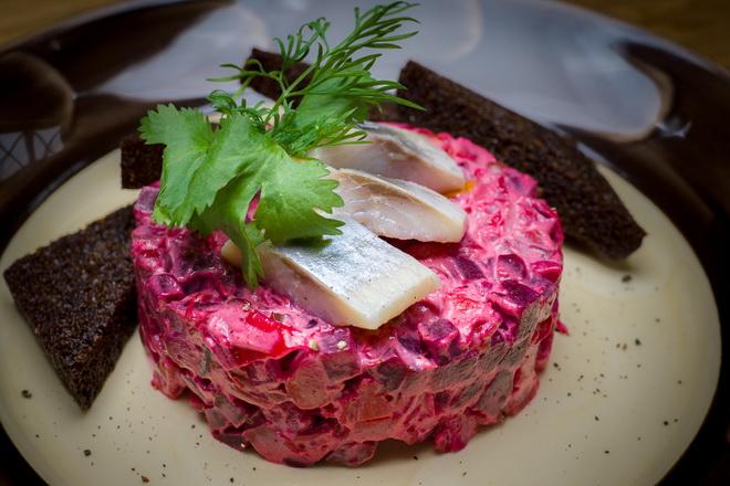 Русская кухня: винегрет с рыжиковым маслом и сельдью в горчичном маринаде