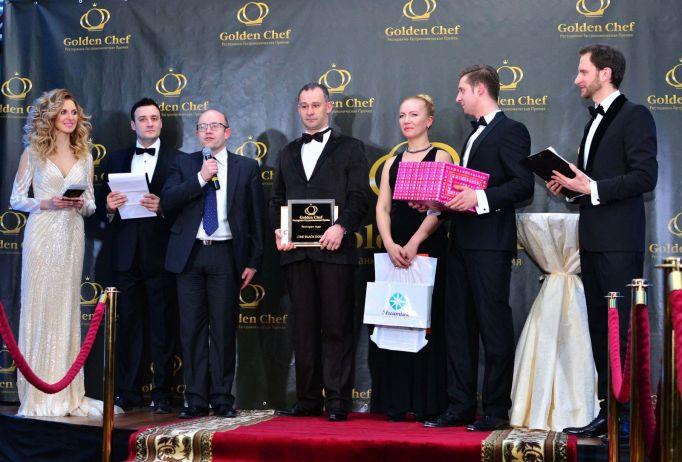 Андрей Еременко, директор ООО «Компания Эндвест» награждает победителей в номинации «Лучший ресторан года по мнению Совета Экспертов»