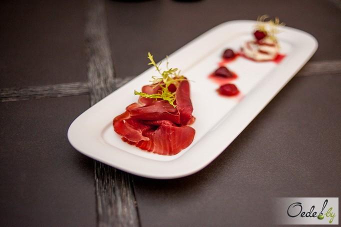 Мильфей с малиновым соусом и брезаолой