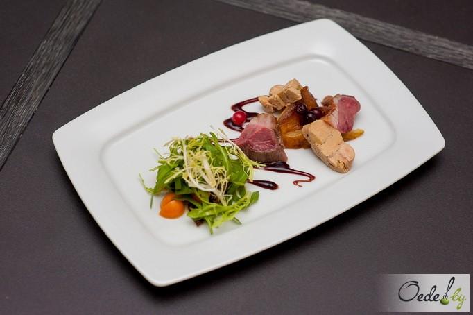 Гусиное филе с террином из фуа-гра, карамельной грушей и хрустящим микс-салатом с молодыми боровиками