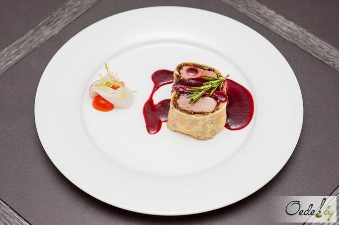 говядина «Веллингтон» с грибами и винным соусом