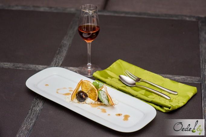 Фаршированный чернослив с ванильным сырным кремом и чипсами из апельсина