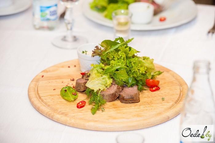 Ростбиф с зеленым салатом, пряным маслом и соусом «Тар-тар»