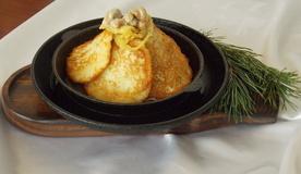 Сковородка с Драниками по-Трактирски</br> Свинина, дранички, грибочки – просто объедение,</br>На всех производит незабываемое впечатление!