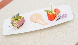 Медальоны из телятины с миндальной корочкой, сырным соусом кастельманьо и конфи из паприки, фаршированной кремом цуккини
