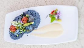 Равиоли из чернила каракатицы фаршированные треской баккала мантекато вижентино, с кремом цуккини и спаржей