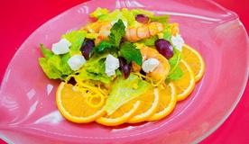 Салат из рисовой лапши с тигровыми креветками и соусом манго