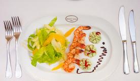 Фреш-салат с креветками и пюрированным рассольным сыром с травами