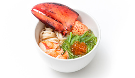 Суп на классическом бульоне Суймоно с лапшой и клешней лобстера