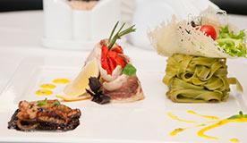 Кручени из форели с овощами и тальятелле со шпинатом, соусом беарнез и редукцией с карамелизованным луком в бальзамическом уксусе.