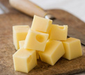 Беременным советуют обязательно срезать корочку с сыра