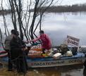 В Беларуси в затопленные деревни еду возят на лодках