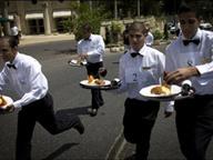 Бельгийские официанты устроили забег