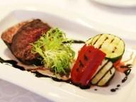 Ростбиф с овощами гриль в винном соусе