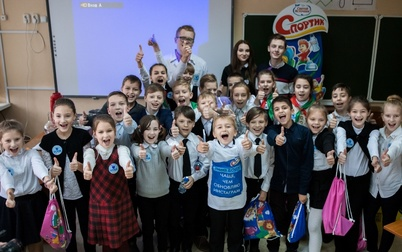 """Челленджи вместо уроков: питьевая вода """"Спортик"""" и топовые блогеры бросили вызов минским школьникам"""
