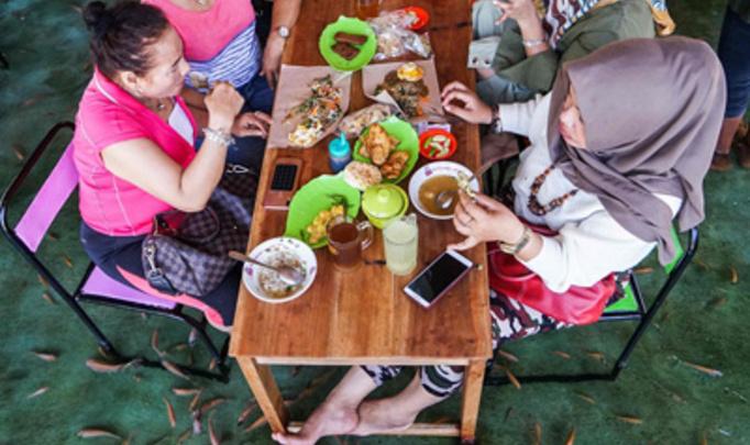 Индонезийский ресторан предлагает рыбный пилинг во время трапезы