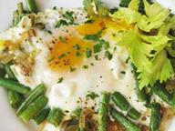Яичница-глазунья с фасолью