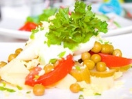 Салат из овощей с яйцом со сметаной