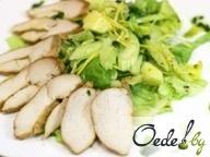 Запечённое куриное филе с зелёным салатом под медово-горчичной заправкой